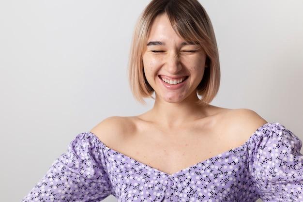 幸せな女性のポーズをクローズアップ