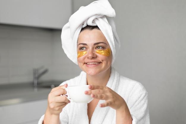Крупным планом счастливая женщина с повязками на глазах
