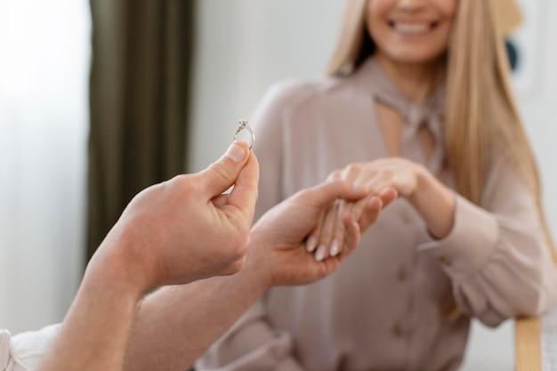반지와 함께 행복 한 여자를 닫습니다