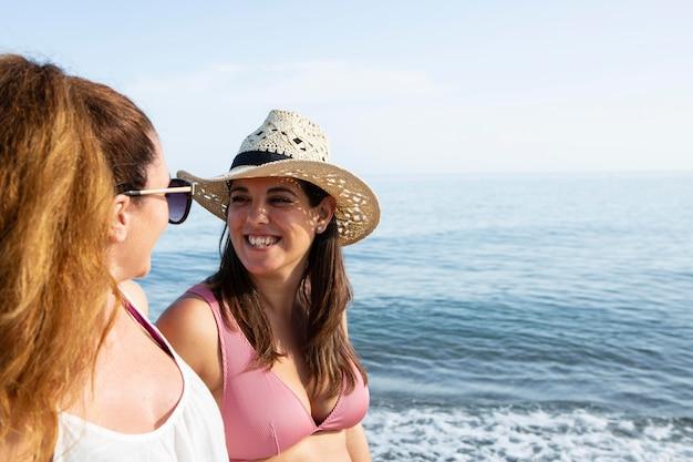 해변에서 행복한 여자를 닫습니다