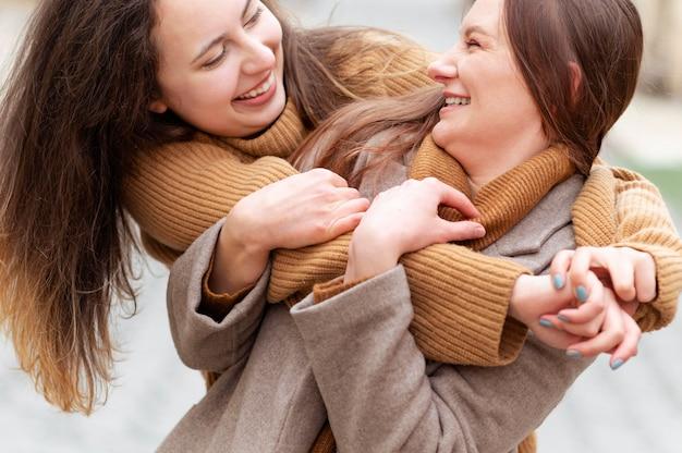 抱き締めて幸せな女性をクローズアップ