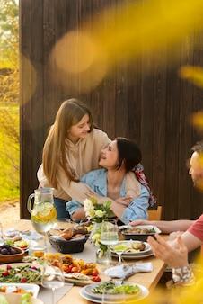 Крупным планом счастливые женщины говорят