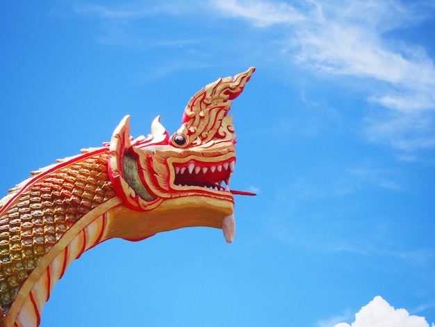 青い空を背景に黄金の赤nagasの頭を閉じる