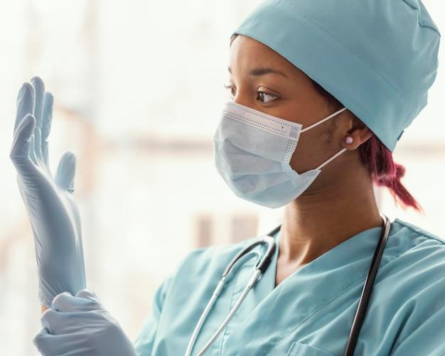 Close up operatore sanitario con i guanti
