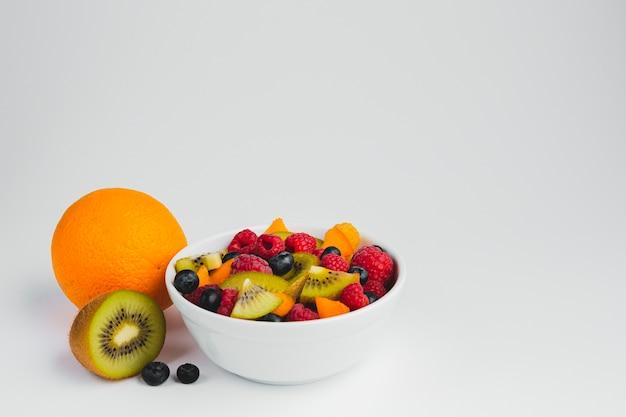 Крупным планом высокого угла зрения чаши с фруктами