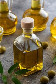 Primo piano alto vista riempito con olio d'oliva
