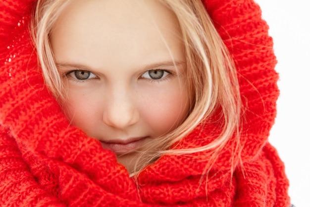 Chiuda sul ritratto altamente dettagliato di bella bambina con capelli biondi e pelle sana e pulita