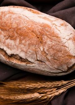 Pane fatto in casa del primo piano con grano