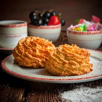 一杯のお茶、キャンディー、テーブルの上の果実とクローズアップの自家製クッキー