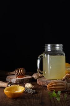 蜂蜜とクローズアップの自家製の新鮮なレモネード