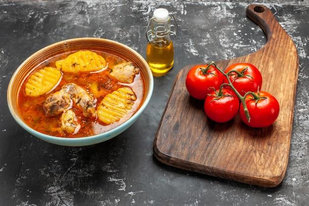 Primo piano su zuppa fatta in casa con pollo e set di spezie