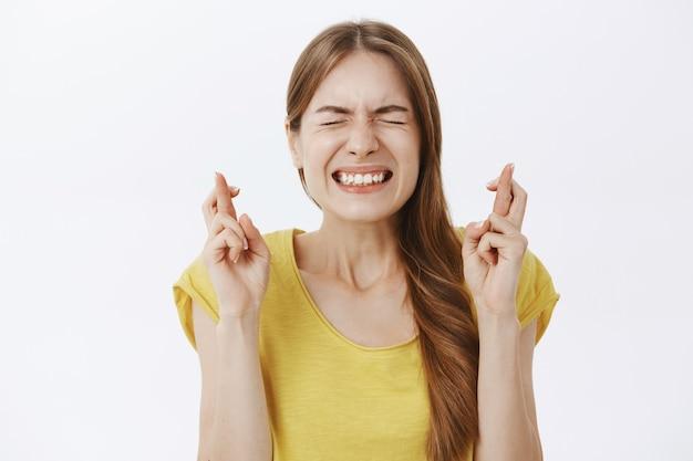 Primo piano della donna sorridente speranzosa che esprime il desiderio, anticipando le buone notizie