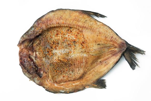 Крупным планом горизонтальный вид копченого рыбного филе с приправами.