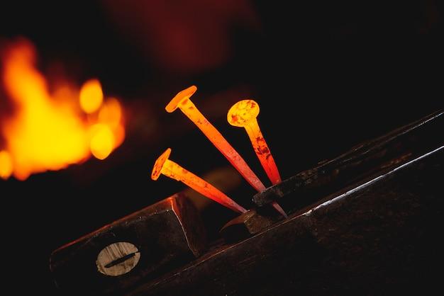 대장장이 워크숍에서 모 루에 말굽에 대 한 근접 뜨거운 금속 손톱.