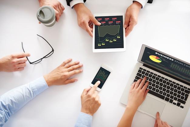 Primo piano della mano umana sulla riunione d'affari