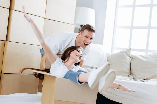閉じる。夫婦は新しいアパートで箱を開梱するのを楽しんでいます