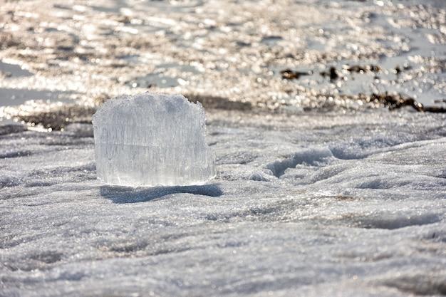 雪の中で氷のブロックを閉じる