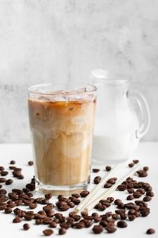 クローズアップアイスコーヒーとミルクを提供する準備ができて