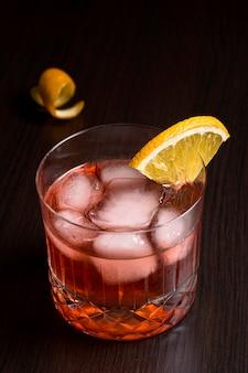 提供する準備ができているクローズアップの氷冷たい飲み物