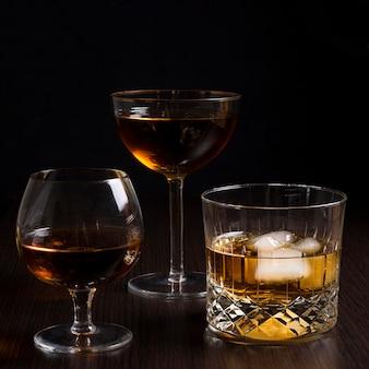 Bevande ghiacciate del primo piano pronte per essere servito