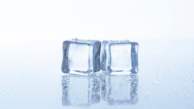 흰색 배경에 고립 된 아이스 큐브를 닫습니다