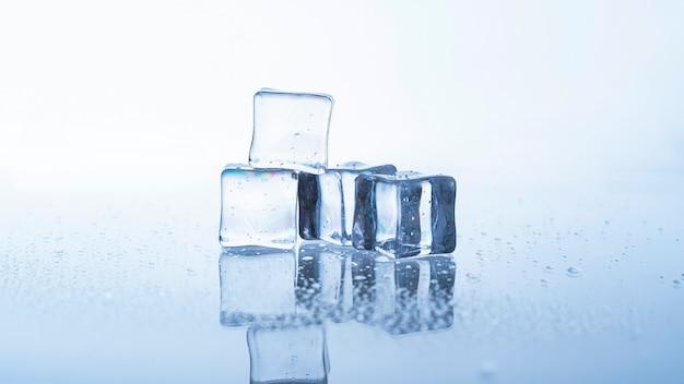 Крупным планом кубик льда на белом фоне