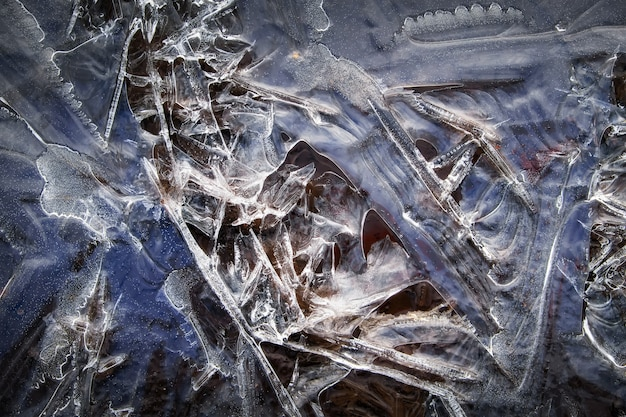 水たまりのクローズアップ氷パターン。冬の背景