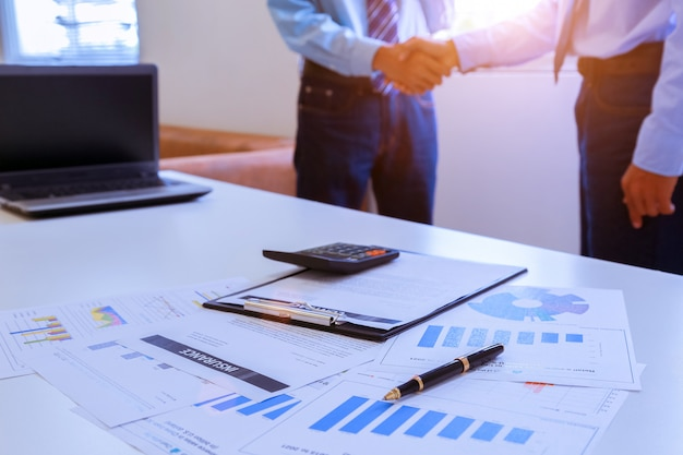 契約締結後の2人の同僚間の会社の握手のクローズアップイメージ