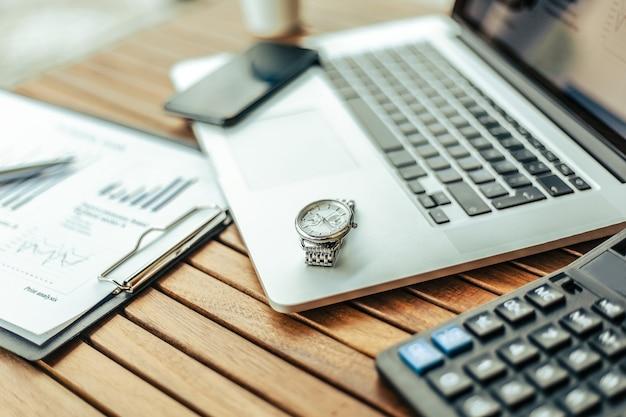 カフェのテーブルにノートパソコンと電卓のクローズアップ画像。コピースペース付きの写真。