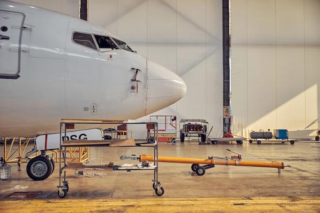 비행장에서 예정된 현대화에 서있는 여객기의 큰 흰색 조종석의 이미지를 닫습니다