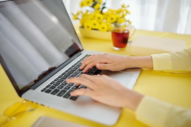 코로나 바이러스 발생으로 집에 머물며 노트북에서 일하는 여성 학생의 클로즈업 이미지