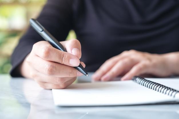 ノートに書く手の画像を閉じる