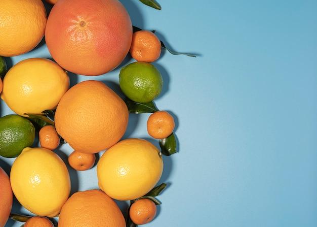 ジューシーなオーガニックの柑橘系の果物、緑の葉、コピースペースで目に見えるコアテクスチャの画像をクローズアップ