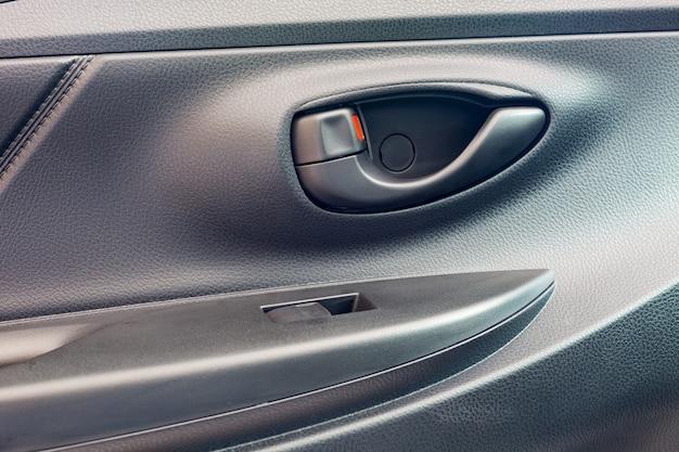 新しい現代の車のドアオープナーの画像をクローズアップ。