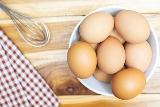 有機鶏卵のクローズアップ画像は、キッチンのレストランのテーブルにある食材の1つです