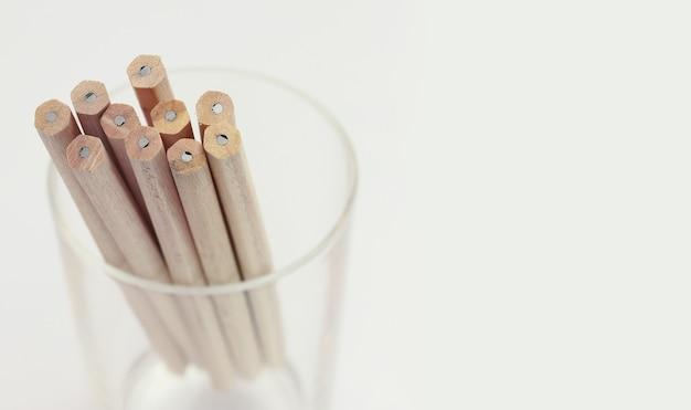 Крупным планом изображение карандашей. малая глубина резкости композиции и старинный цвет.