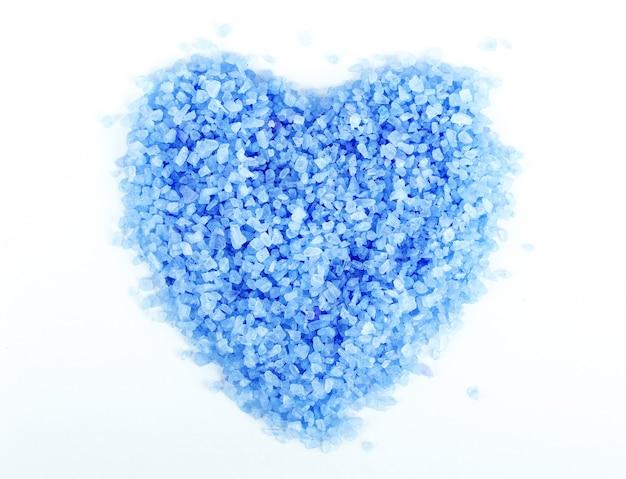 심장 모양의 스파를 위한 바다 소금의 이미지를 닫습니다