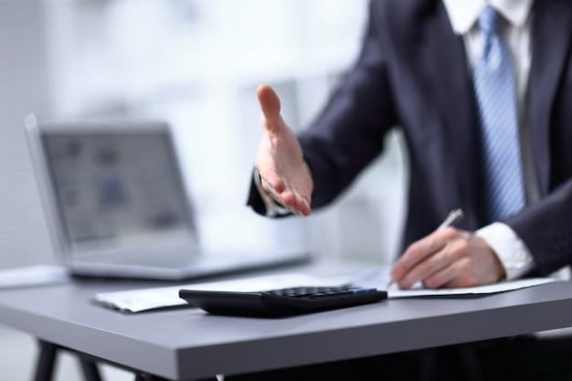 Изображение крупным планом руки делового человека в темном костюме, приветствуя кого-то.