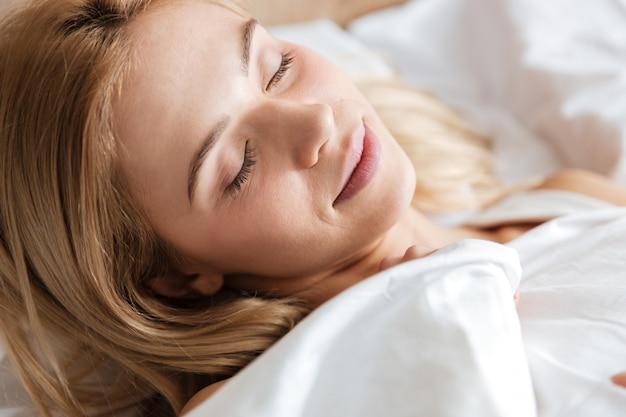 ベッドで寝ている女性の画像を閉じる