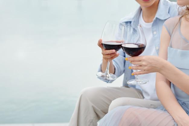 낭만적 인 데이트를하고 레드 와인을 마시는 젊은 부부의 클로즈업 이미지