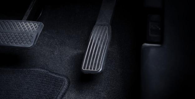 오른발 검정색으로 가속기와 브레이크 페달을 눌러 차를 운전하는 남자의 이미지를 닫습니다