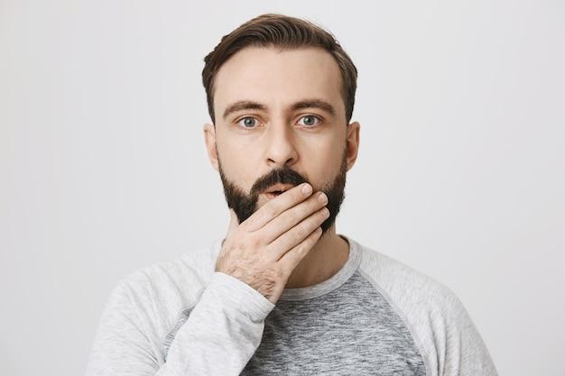 Крупным планом впечатленный бородатый мужчина сказать вау