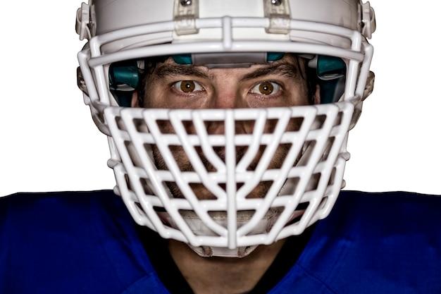 Крупным планом в глазах футболиста в синей форме на белой стене