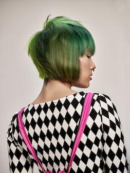 Close-up indoor ritratto di bella ragazza con i capelli colorati.