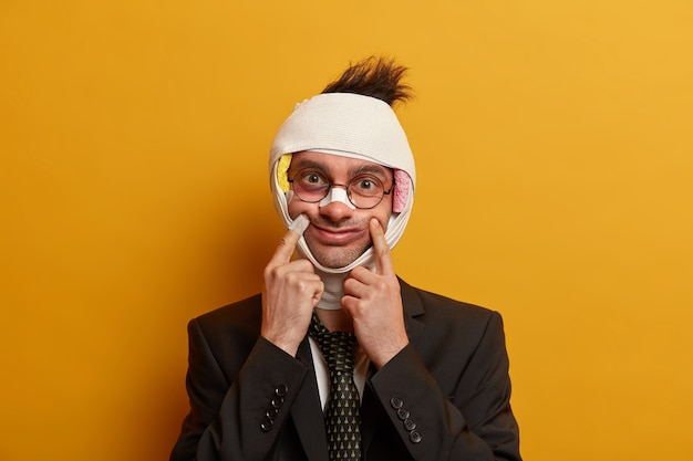 Primo piano sull'uomo ferito con livido scuro sotto gli occhi e commozione cerebrale, indossa una benda