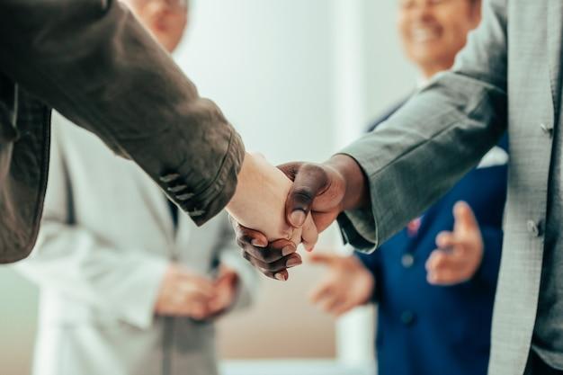 Закройте вверх. международные деловые партнеры, пожимая руки. концепция сотрудничества