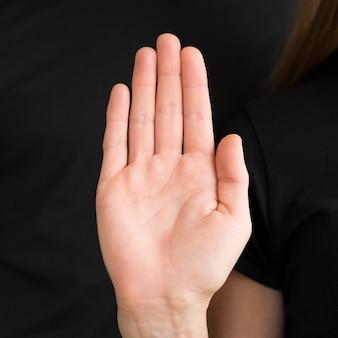 Interprete di primo piano che insegna la lingua dei segni
