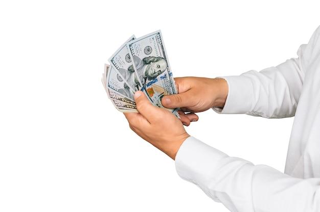 Изолированный крупный план, деньги в руках мужчины. на белом фоне.