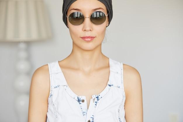 Крупным планом вид красивой молодой женщины с идеальной здоровой кожей, одетой в стильные оттенки