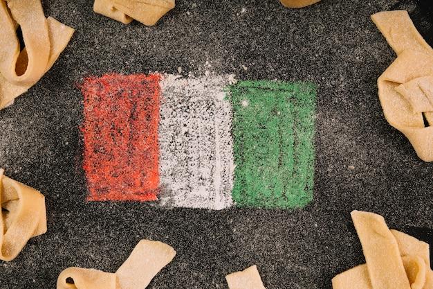 Bandiera e pasta italiane del primo piano